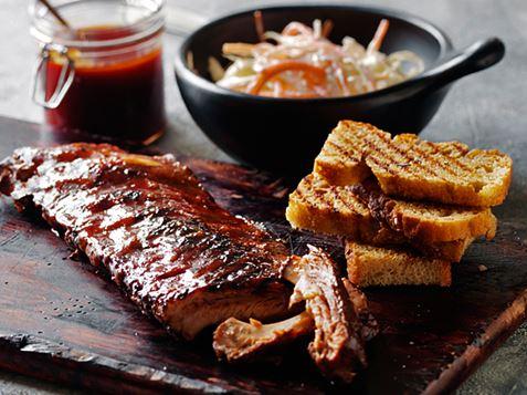Forkogte Spareribs På Gasgrill : Spareribs med coleslaw og hvidløgsbrød ama